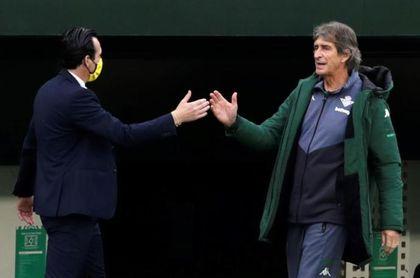 Emery y Pellegrini se saludan antes del inicio del partido.