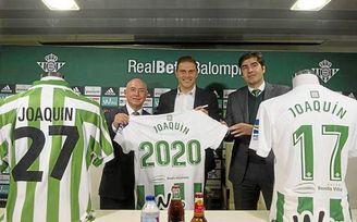 El capitán del Betis, Joaquín, junto a Serra Ferrer y Ángel Haro.