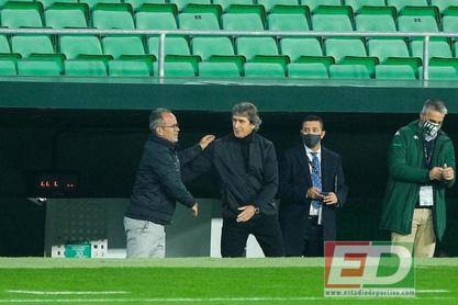 Cervera y Pellegrini se saludan antes de empezar el partido.