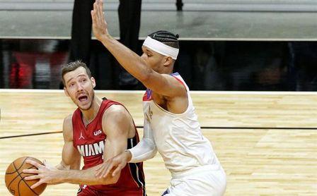 111-98. Triples de Robinson y una gran defensa deciden el primer triunfo de los Heat.