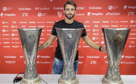 Nico Pareja, junto a los trofeos de la Europa League que levantó durante su etapa en el Sevilla.
