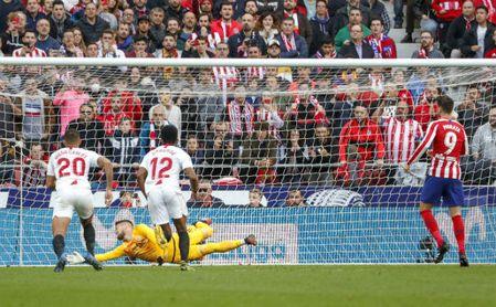 El aplazamiento da ventaja al Atlético contra el Sevilla.