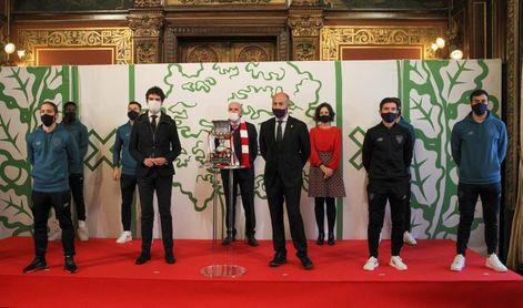 El Athletic recibe el reconocimiento institucional por su título de Supercopa