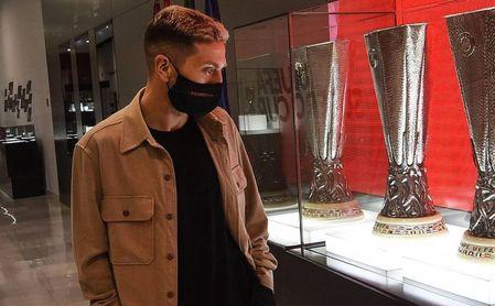 El Papú observa los seis trofeos de la Europa League ganados por el Sevilla FC y Castro le pide más 'plata'.