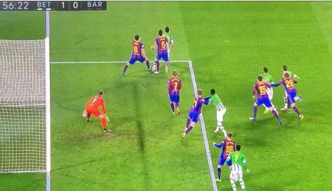 El penalti no pitado a Mandi enciende la polémica del Betis-Barça