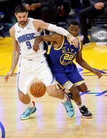 111-105. Curry, con 40 puntos, da otra exhibición encestadora