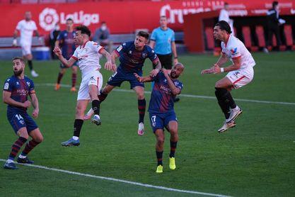 Munir se eleva por encima de la defesa del Huesca en la acción del 1-0.