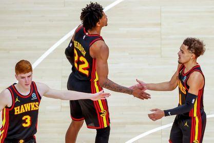 112-115. Young y Hawks mejoran su marca con McMillan de entrenador interino