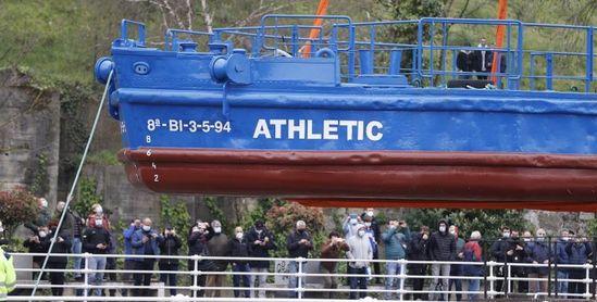 La gabarra 'Athletic' realiza la prueba de agua en la Ría
