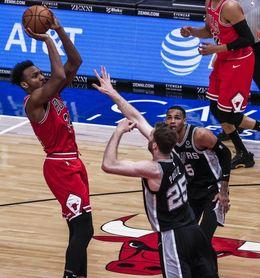 99-106. Poeltl y Spurs remontan y derrotan a Bulls para consolidar el liderato