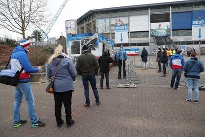Un puñado de espectadores vuelven a las tribunas en Rostock