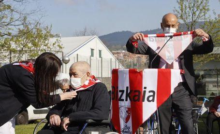 Iribar inicia el reparto de 8.300 pañuelos en las residencias de Bizkaia