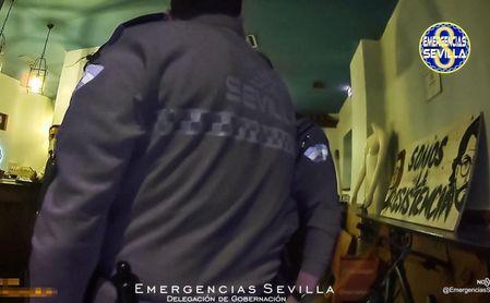 Desalojan un bar en la Macarena con nueve clientes bebiendo alcohol de madrugada.
