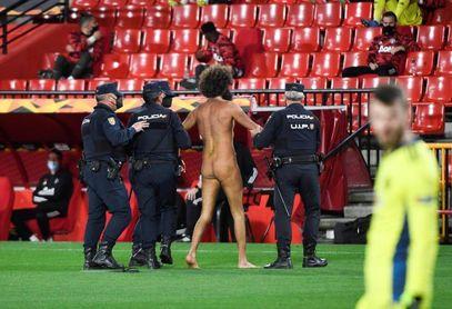 El espontáneo que saltó desnudo al Nuevo Los Cármenes llevaba 14 horas escondido