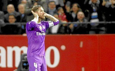 Sergio Ramos, celebrando su gol ante la grada de Gol Norte.