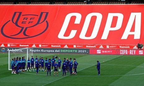 El Barcelona toma contacto con el césped de La Cartuja