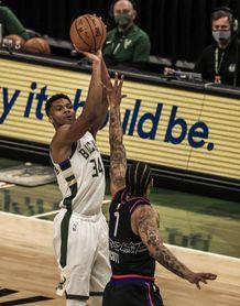 124-117. Ante los Sixers, Antetokounmpo supera a Embiid y construye la victoria de los Bucks