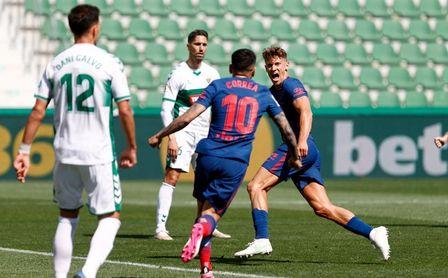 0-1: Llorente y un poste protegen el liderato del Atlético