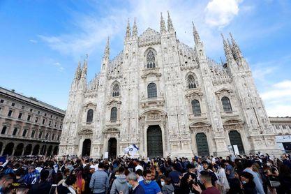 Miles de hinchas del Inter violan las normas anticovid para celebrar el título