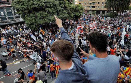 Más de cinco mil valencianistas se manifiestan contra la gestión de Meriton
