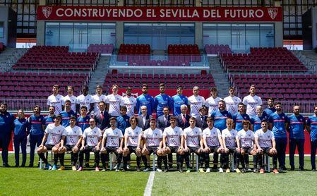 Fotografía de familia y celebración para el Sevilla Atlético.