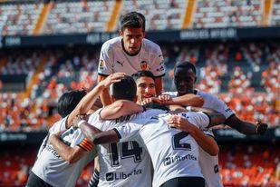 4-1. El Valencia disfruta con su afición y manda a Segunda al Eibar