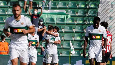 2-0. El Elche gana y logra la permanencia gracias al Valencia