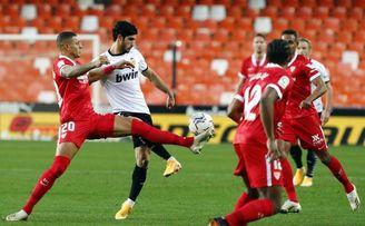 El padre de Guedes carga contra el Valencia y aviva el fuego de su posible salida a Sevilla o Villarreal