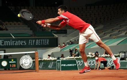 Al borde de la madrugada, Djokovic logra su pase a segunda ronda