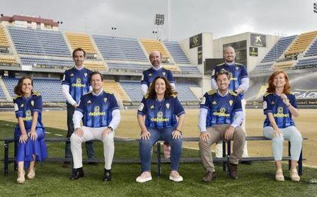 """El Cádiz crea un innovador Consejo Social con el que pretende convertirse en un club """"para la gente de la calle""""."""