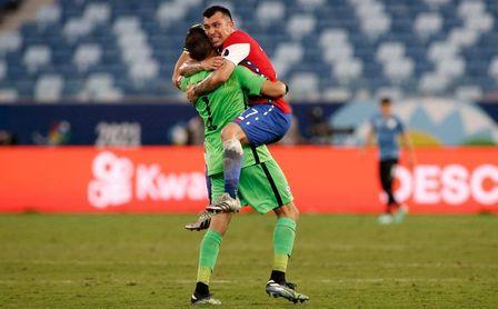 1-1. Las paradas del bético Claudio Bravo salvan el empate de Chile ante Uruguay