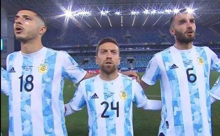 El 'Papu' no sólo mete goles con Argentina... también encaja bromas.