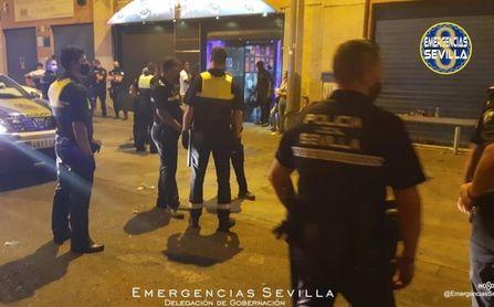 Desalojan a 600 personas de cuatro bares en Sevilla por incumplir medidas Covid.