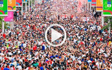 ¡Locura en Wembley! Botellazos, cargas policiales... (videos)