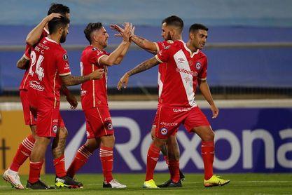 Argentinos Juniors vence a Newell's y Old Boys se acerca a los tres líderes
