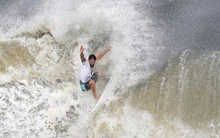 Italo Ferreira doma el tifón