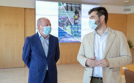 Villalobos y Moyano conversando durante la presentación del Circuito deportivo en la Sede Provincial.
