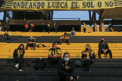 Cánticos, camisetas y alegría: el público retornó al fútbol en Uruguay