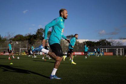 Brasil entrena completo por primera vez a dos días del partido con Chile