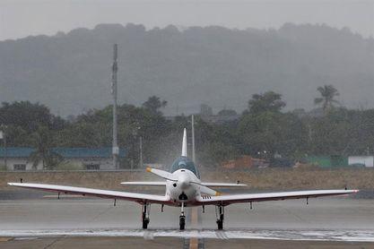 La piloto de 19 años que busca un récord por vuelta al mundo llega a Panamá