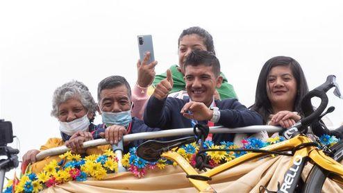 Reciben al campeón olímpico Carapaz con una multitudinaria fiesta en su región