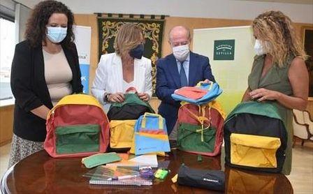 Diputación de Sevilla y Fundación 'La Caixa' entregan material escolar a 21.000 menores en situación vulnerable