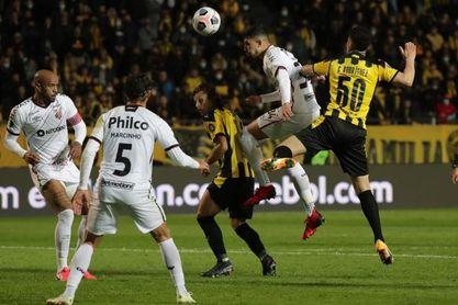 1-2. Paranaense golpea a Peñarol en Montevideo