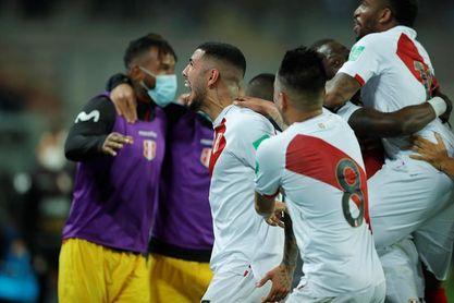 2-0. Perú sigue en la pelea por llegar al Mundial y deja descolgado a Chile