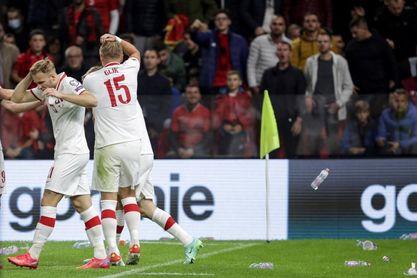 El lanzamiento de objetos obligó a interrumpir 10 minutos el Albania-Polonia